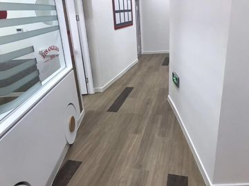 Office Wood Grain LVT Plank Flooring Glue Down Easy Maintenance